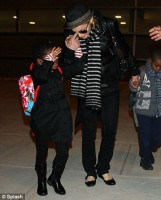 madonna-paparazzi-newyork-jfk-airport-02a