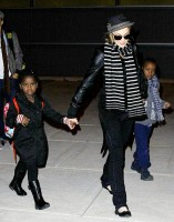 madonna-paparazzi-newyork-jfk-airport-04a