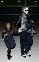 madonna-paparazzi-newyork-jfk-airport-09