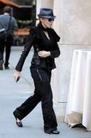 20101113-pictures-madonna-david-kabbalah-new-york-07