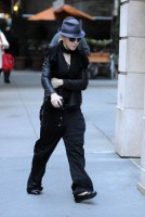 20101113-pictures-madonna-david-kabbalah-new-york-12