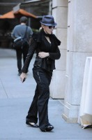 20101113-pictures-madonna-david-kabbalah-new-york-13
