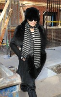 20110210-pictures-madonna-leaves-apartment-new-york-06