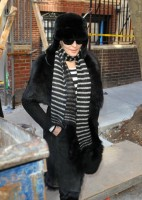 20110210-pictures-madonna-leaves-apartment-new-york-07
