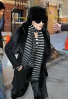 20110210-pictures-madonna-leaves-apartment-new-york-09