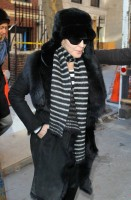 20110210-pictures-madonna-leaves-apartment-new-york-10
