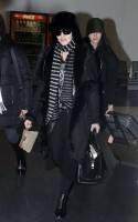 20110211-pictures-madonna-arrives-london-heathrow-airport-04