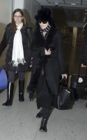 20110211-pictures-madonna-arrives-london-heathrow-airport-05