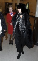 20110211-pictures-madonna-arrives-london-heathrow-airport-06