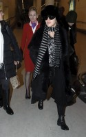 20110211-pictures-madonna-arrives-london-heathrow-airport-07