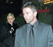 20110220-pictures-madonna-out-and-about-london-12