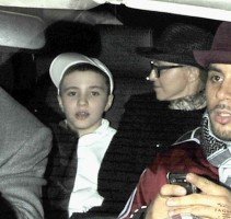 20110225-pictures-madonna-leaving-kabbalah-center-london-02