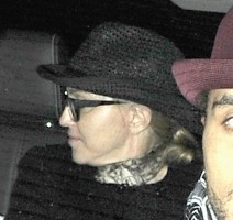 20110225-pictures-madonna-leaving-kabbalah-center-london-03