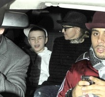20110225-pictures-madonna-leaving-kabbalah-center-london-04