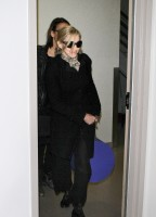 20110226-pictures-madonna-leaving-lax-aiport-los-angeles-01