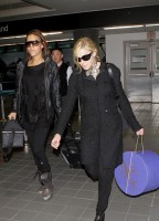 20110226-pictures-madonna-leaving-lax-aiport-los-angeles-04