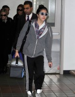 20110226-pictures-madonna-leaving-lax-aiport-los-angeles-06