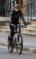 20110408-pictures-madonna-out-and-about-london-abbey-road-studios-01
