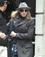 20110416-pictures-madonna-kabbalah-center-new-york-01