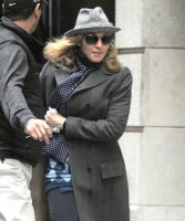 20110416-pictures-madonna-kabbalah-center-new-york-04