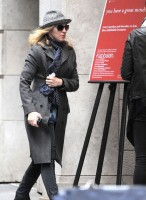 20110416-pictures-madonna-kabbalah-center-new-york-05
