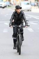 Madonna a velo dans les rues de New York, 6 mai 2011 (17)