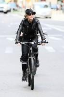Madonna a velo dans les rues de New York, 6 mai 2011 (24)