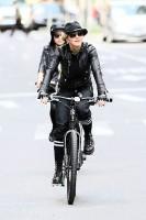Madonna a velo dans les rues de New York, 6 mai 2011 (27)
