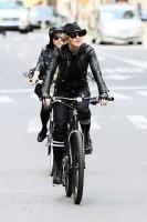 Madonna a velo dans les rues de New York, 6 mai 2011 (28)