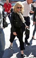 20110626-pictures-madonna-arrives-gare-du-nord-paris-01