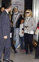 Madonna, ses enfants et Brahim Zaibat à l'aéroport d'Heathrow, Londres (5)