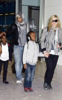 Madonna, ses enfants et Brahim Zaibat à l'aéroport d'Heathrow, Londres (6)
