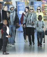 Madonna, ses enfants et Brahim Zaibat à l'aéroport d'Heathrow, Londres (7)