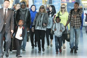 Madonna, ses enfants et Brahim Zaibat à l'aéroport d'Heathrow, Londres (29)
