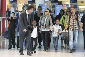 Madonna, ses enfants et Brahim Zaibat à l'aéroport d'Heathrow, Londres (8)