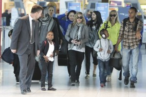 Madonna, ses enfants et Brahim Zaibat à l'aéroport d'Heathrow, Londres (9)