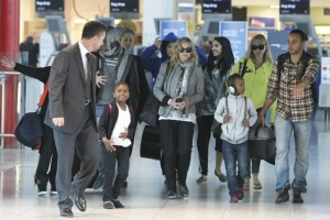 Madonna, ses enfants et Brahim Zaibat à l'aéroport d'Heathrow, Londres (10)