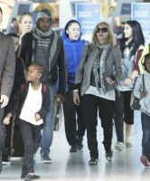 Madonna, ses enfants et Brahim Zaibat à l'aéroport d'Heathrow, Londres (11)