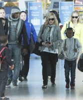 Madonna, ses enfants et Brahim Zaibat à l'aéroport d'Heathrow, Londres (13)