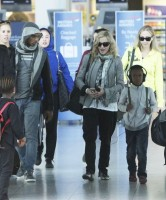 Madonna, ses enfants et Brahim Zaibat à l'aéroport d'Heathrow, Londres (14)
