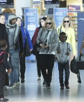 Madonna, ses enfants et Brahim Zaibat à l'aéroport d'Heathrow, Londres (15)