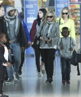 Madonna, ses enfants et Brahim Zaibat à l'aéroport d'Heathrow, Londres (16)