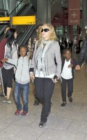 Madonna, ses enfants et Brahim Zaibat à l'aéroport d'Heathrow, Londres (20)
