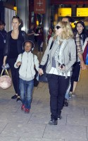 Madonna, ses enfants et Brahim Zaibat à l'aéroport d'Heathrow, Londres (21)