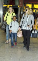 Madonna, ses enfants et Brahim Zaibat à l'aéroport d'Heathrow, Londres (22)