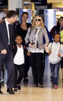 Madonna, ses enfants et Brahim Zaibat à l'aéroport d'Heathrow, Londres (23)