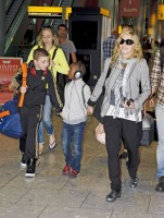 Madonna, ses enfants et Brahim Zaibat à l'aéroport d'Heathrow, Londres (27)