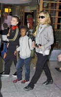 Madonna, ses enfants et Brahim Zaibat à l'aéroport d'Heathrow, Londres (28)