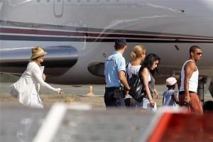 Madonna et sa famille embarquant dans un jet privé à l'aéroport de Biarritz, France (2)