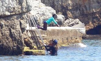 Madonna et famille à la plage au Cap d'Antibes  Antibes, France (2)